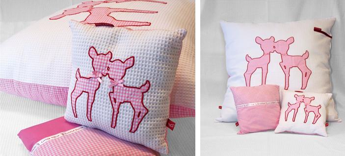 hertjes voor in de kinderkamer Deer Deer Mooi kussen van fris witte wafelstof en roze ruit. De lieve applikatie van de hertjes is afgewerkt met kleine roze strikjes van satijn. Dit mooie kussentje heeft opbergvakje voor de favoriete knuffel