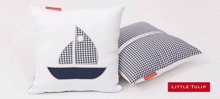 Sailboat Blue marinekamer voor kinderen Mooi kussentje van fris witte wafel met applikatie van een zeilbootje. De zilveren borduur rand om het bootje geeft dit kussentje een klassieke uitstraling. Achterkant van stoere blauwe ruit en opbergvakje voor de favoriete knuffel.
