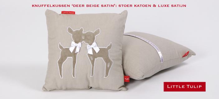 chique beddengoed met satijn Deer Beige Satin Luxe kussentje in naturel beige. De lieve zachte hertjes van velours maken dit accessoire geliefd in elke kinderkamer. Met strikjes van luxe wit satijn.Op de achterzijde opbergvakje voor de favoriete knuffel.
