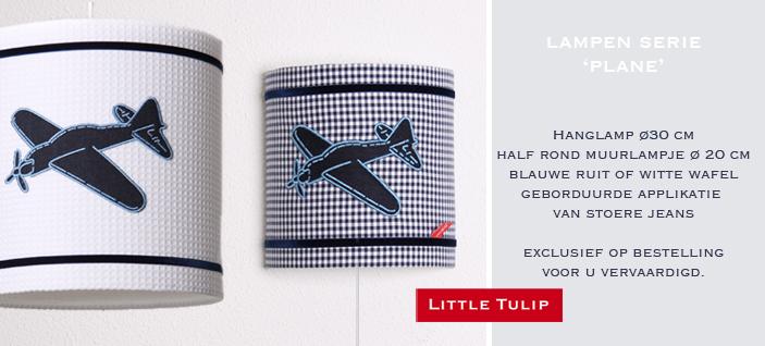 luxe wafelstof voor de kinderen Wandlamp van witte wafelstof met applikatie van stoer vliegtuig in blue jeans. Het veloursband in donkerblauw maken het lampje helemaal af.