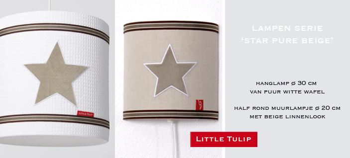 exclusieve hanglamp voor de kinderkamer Star Pure Beige Exclusieve hanglamp in witte wafelkatoen met 3 applikaties rondom van sterren in beige velours. Deze lamp is afgewerkt met stevig strepenband. Geeft de lamp een extra stoer accent in naturel kleuren.