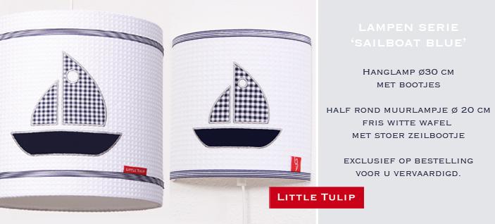 mooie wandlamp voor de kinderkamerSailboat Blue Mooi wandlampje van fris witte wafel met applikatie van een zeilbootje. De grijs/zilverkleurige rand om het bootje geeft dit lampje een klassieke uitstraling. Afgewerkt met band in fijne marine streep.