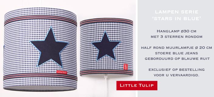 Stars In Blue stoere babylamp voor jongens Wandlamp in blauwe ruit met applikatie van stoere ster in echte jeans. Afgewerkt met mooi geweven band in blauw/wit met een streepje rood. Een prachtig accessoire voor in de tiener én kinderkamer!